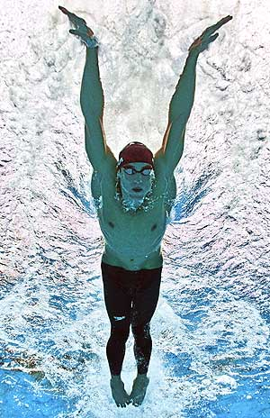 Michael Phelps emerge de la piscina de Long Beach, California. (Foto: AP)